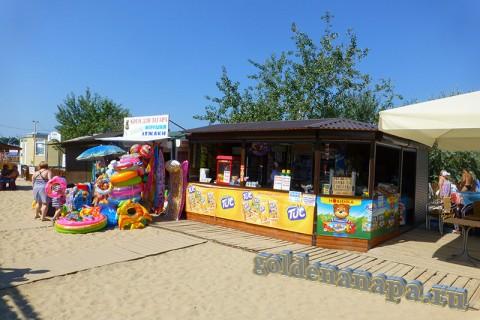 Анапа городской пляж торговля напитками, кремами для загара...