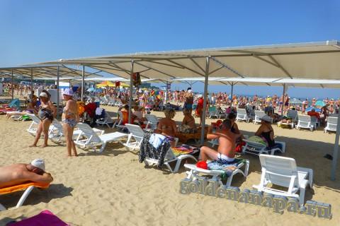 Анапа городской пляж август платная зона с навесами и шезлонгами