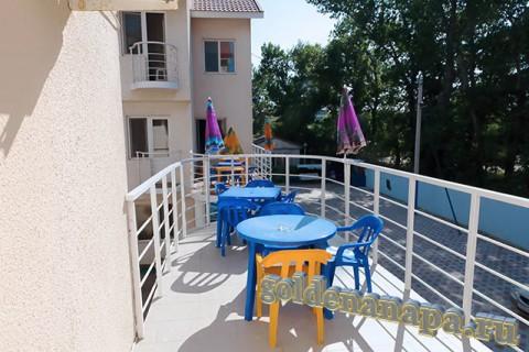 """Джемете гостевой дом """"Отдых у моря"""" балкон в номере. На балконе стол и стулья."""