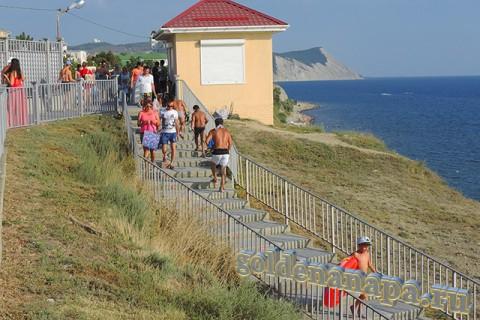 Анапа лестница спуска к галечному пляжу вблизи ул. Тургенева