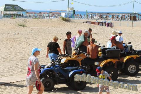 Пляж Витязево начало августа рядом со входом с ул. Светлая квадроциклы