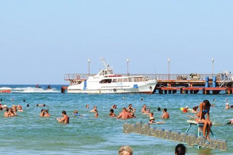 Пляж Витязево пирс, море начало августа