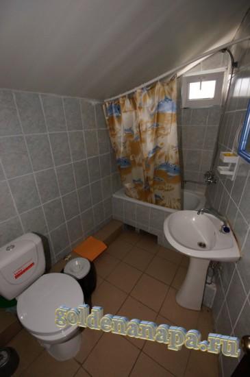 """Анапа гостевой дом """"Даниэлла"""" санузел в номере с ванной, раковиной, унитазом"""