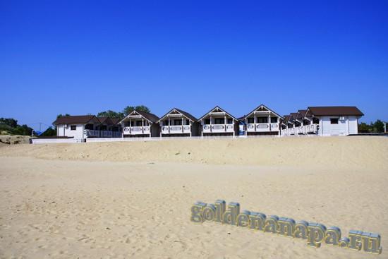 """Вид с пляжа Джемете на отель """"Белый пляж"""""""