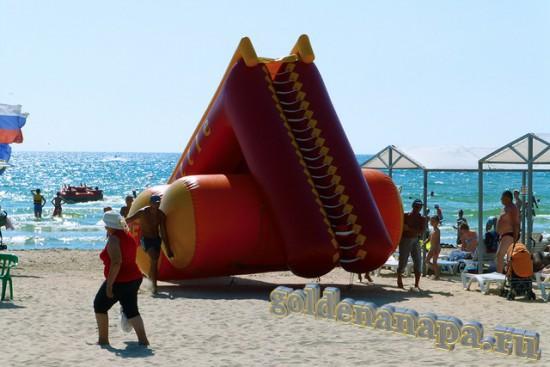 """Пляж Джемете рядом с отелем """"Белый пляж"""". Надувная водная горка."""