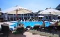 """Джемете отель """"Белый пляж"""" бассейн. На заднм плане барная стойка."""